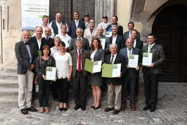 Gruppenfoto aller Preisträger mit Josef Göppel MdB, Vorsitzender des Deutschen Verbandes für Landschaftspflege, und Jürgen Huber, Bürgermeister der Stadt Regensburg.