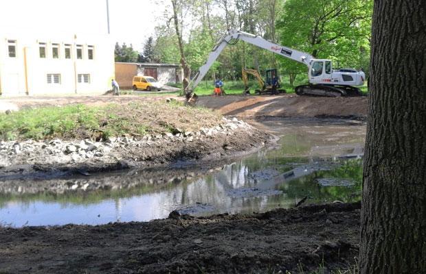 Beginnende Sanierung des Teichs
